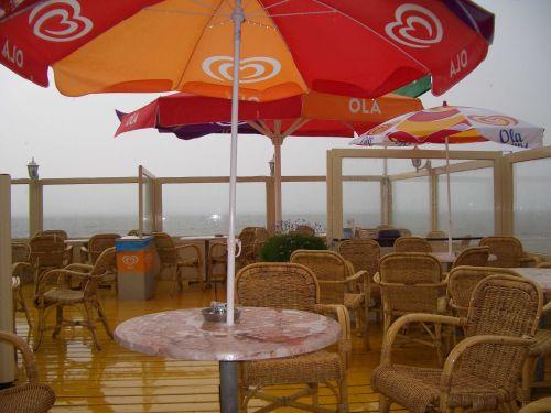 Strandbude im Regen
